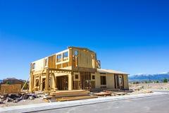 Новый угловой дом под конструкцией стоковая фотография