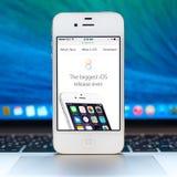 Новый iOS 8 homescreen на белом дисплее iPhone Стоковые Фотографии RF