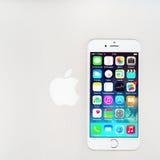 Новый iOS 8 1 homescreen на дисплее iPhone 6 Стоковое Изображение RF