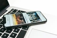 Новый smartphone корабля- флагмана Яблока Iphone x помещенный на белой таблице стоковое фото rf