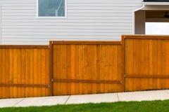 Новым запятнанная красным цветом конструкция загородки сада деревянная стоковые фото