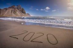 2020 Новых Годов на красивой береговой линии на идилличном дне стоковая фотография rf