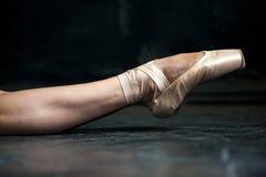 Нога балерины конца-вверх в pointes на черноте Стоковое фото RF
