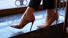 Нога в ботинках высокой пятки, конец встряхивания женщины вверх видеоматериал