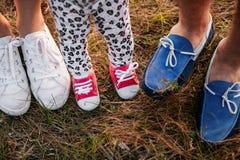 Нога в ребенке и родителях во время прогулки стоковые изображения rf