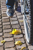 Нога в тапках на мосте осени педали велосипеда Стоковое Изображение RF