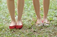 Нога девушки в старом footware Стоковое Изображение RF