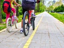 Нога езды девушек на велосипеде Стоковая Фотография RF