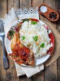 Нога жареного цыпленка с салатом капусты Стоковые Изображения