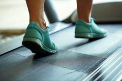 Нога женщины бежать на третбане Стоковое Изображение