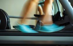 Нога женщины бежать на третбане Стоковое Фото