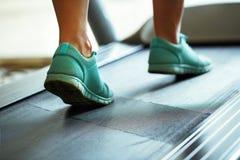 Нога женщины бежать на третбане Стоковые Изображения RF