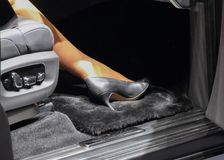Нога женщины в роскошном автомобиле Стоковое Фото