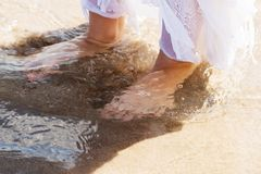 Нога женщины идя на пляж Стоковая Фотография