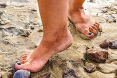 Нога женщины на скалистой земле Стоковые Изображения