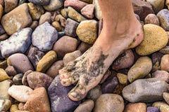 Нога женщины на скалистой земле Стоковое фото RF
