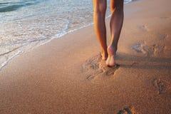 Нога женщины перемещения на пляже Стоковая Фотография
