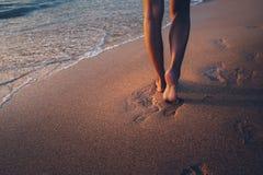 Нога женщины перемещения на пляже Стоковая Фотография RF