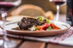 Нога кролика Confit с vegetable redvine хлеба в пабе или restaur стоковые фото