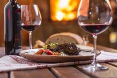 Нога кролика Confit с vegetable redvine хлеба в пабе или restaur стоковые фотографии rf