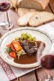 Нога кролика Confit с vegetable redvine хлеба в пабе или restaur стоковое изображение rf