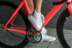 Нога молодой женщины на крупном плане педали велосипеда Стоковое фото RF