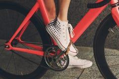 Нога молодой женщины на крупном плане педали велосипеда Стоковая Фотография RF