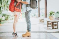 Нога молодых пар в целовать путешественника влюбленности Стоковое Изображение