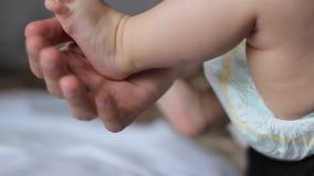 нога младенца малюсенькая видеоматериал