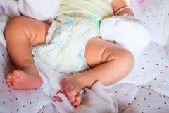 Нога младенца на кровати Стоковые Изображения