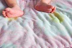 Нога младенца на кровати Стоковое Изображение