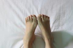 Нога на белой кровати Стоковые Изображения RF