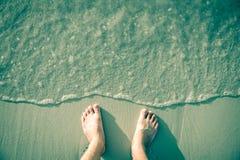 Нога на белом песке Стоковая Фотография RF
