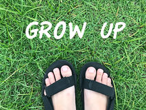 Нога на зеленой траве Стоковые Фотографии RF