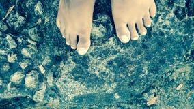 Нога на каменном фото фоновое изображение стартовой площадки ноги Стоковая Фотография RF