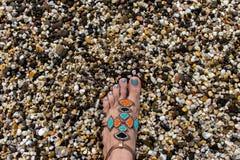 Нога на камнях моря стоковое изображение rf
