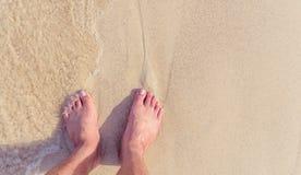 Нога на пляже с винтажным стилем стоковые фотографии rf