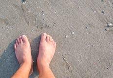 Нога на пляже стоковые изображения rf
