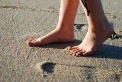 Нога на пляже стоковое изображение rf