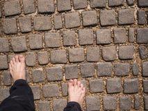 Нога на предпосылке камешка и камня Стоковые Изображения RF