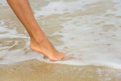 Нога на пляже стоковая фотография rf
