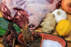 Нога овечки с ингридиентами маринада Стоковые Изображения