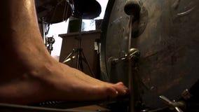 Нога парня, отжимает, игры педаль большого барабанчика Молоток, голова, удары загонщика на бочонках мембраны басовых видеоматериал