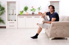 Нога повредила молодого человека страдая дома стоковые фотографии rf