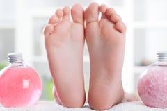 Нога ребенка готовая к обработке спы с камнями массажа Стоковое Изображение