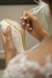 нога руки невесты обувает детенышей женщины Стоковое Изображение RF