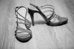 нога руки невесты обувает детенышей женщины Стоковое Изображение