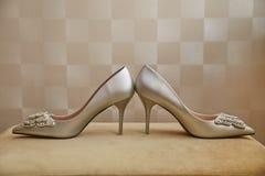 нога руки невесты обувает детенышей женщины стоковые фотографии rf
