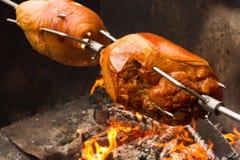 Нога свинины на открытом огне Стоковые Изображения RF