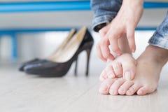 Нога спортсмена женщины стоковые фотографии rf